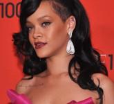 Rihanna+Makeup+Berry+Lipstick+q5EVavAbj-Yl