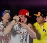 robert-pattinson-hoodie-backwards-hat-0815-7-435x580