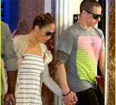 jennifer-lopez-casper-smart-holding-hands