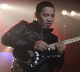 woman-eating-salad-at-cafe