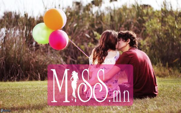 couple-on-the-grass-kiss-balloons-162231-600x375