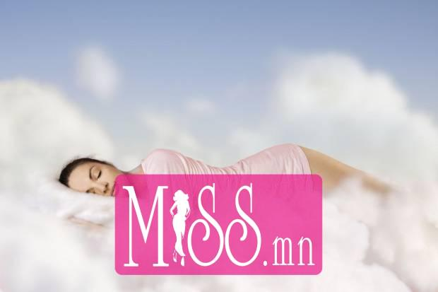 Woman-sleeping-dreaming